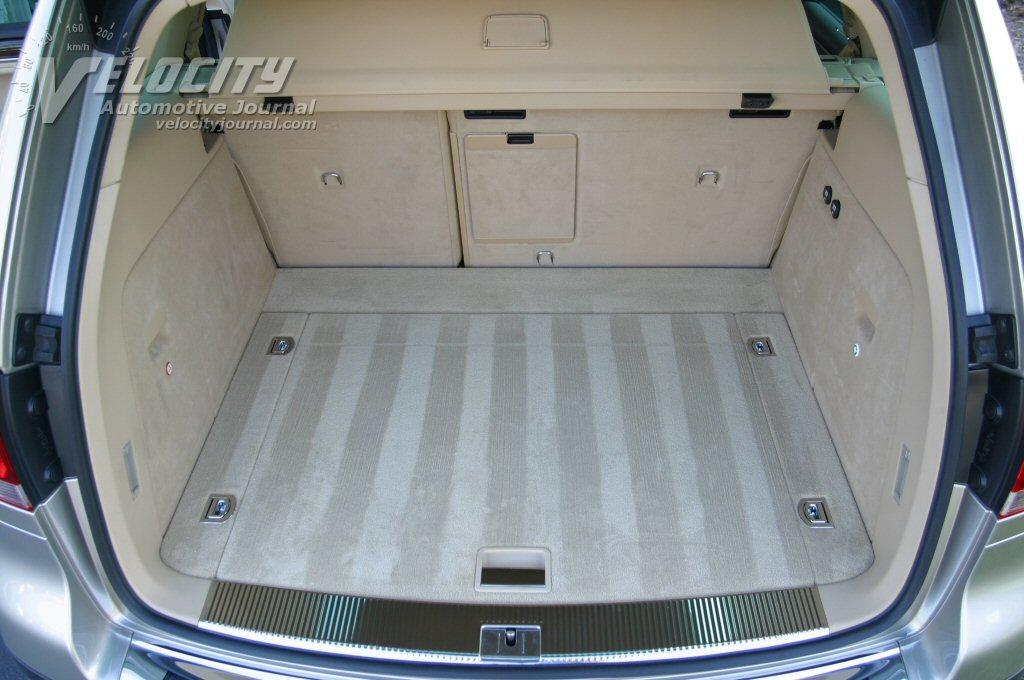 2004 Volkswagen Touareg V8 interior - rear cargo area