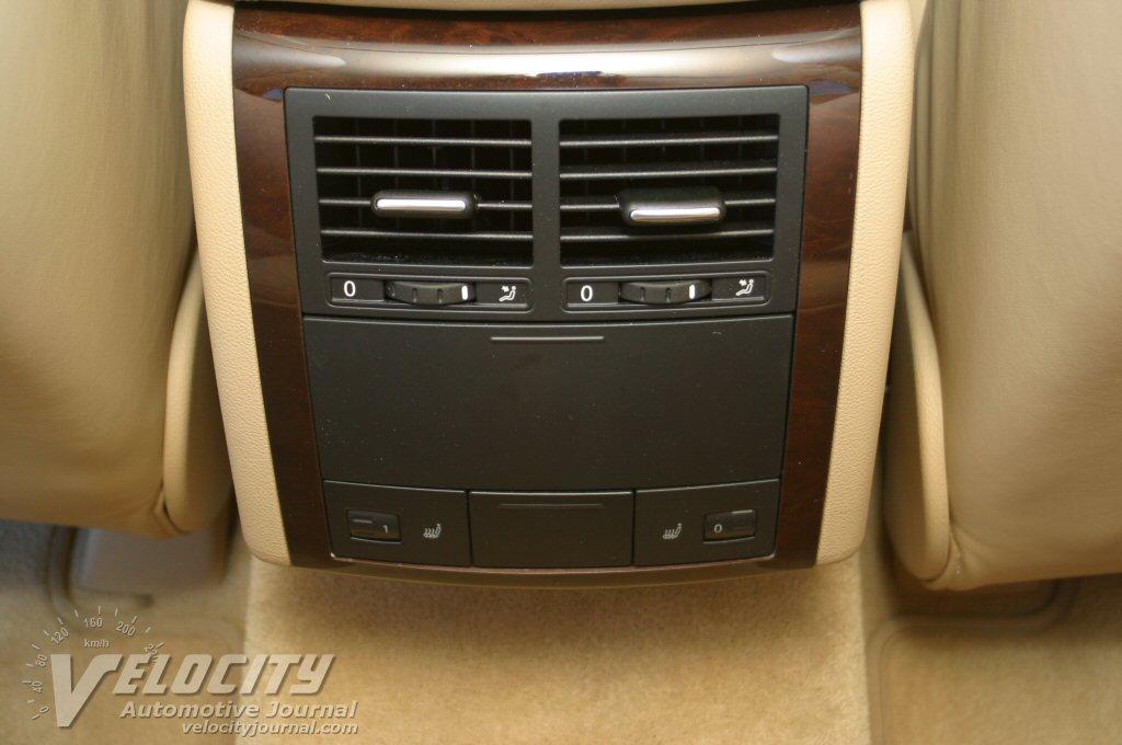 2004 Volkswagen Touareg V8 interior - rear console