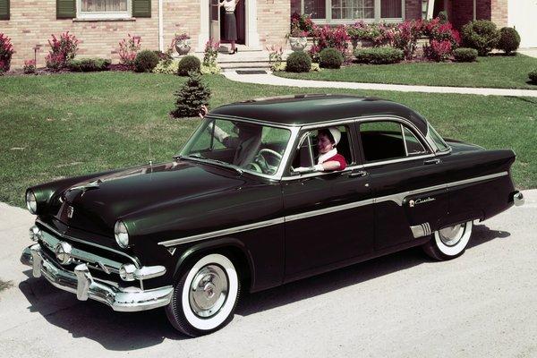 1954 Ford Crestline 4d sedan